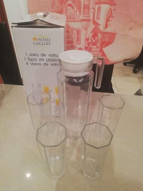 Imagen jarra de vidrio con 4 vasos