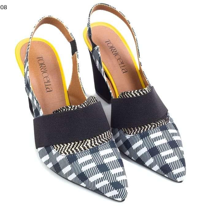 Imagen scarpin, uma bota cano curto, uma mochila,e uma mule, uma bolsa, um scarpin, uma sapatilha, um vestido.