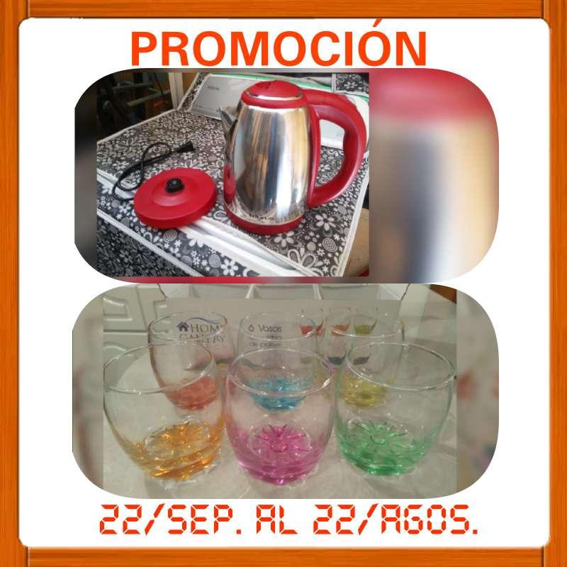 Imagen jarra eléctrica y vasos de vidrio