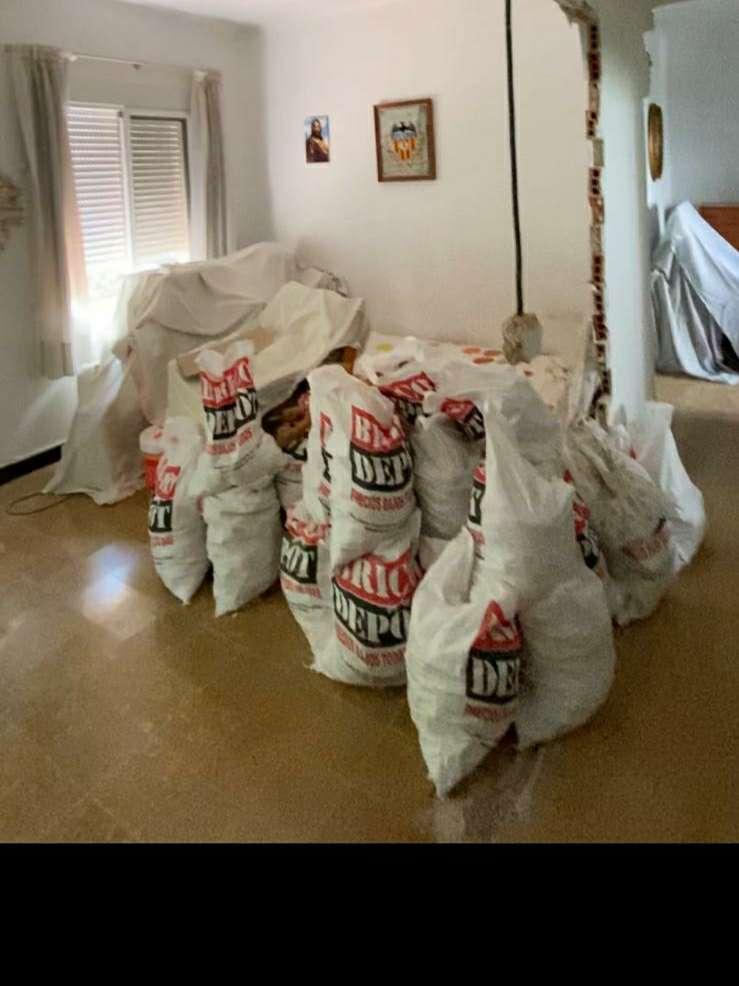Imagen se recogen sacos de escombro