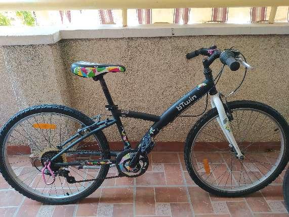Imagen bicicleta negra de niña