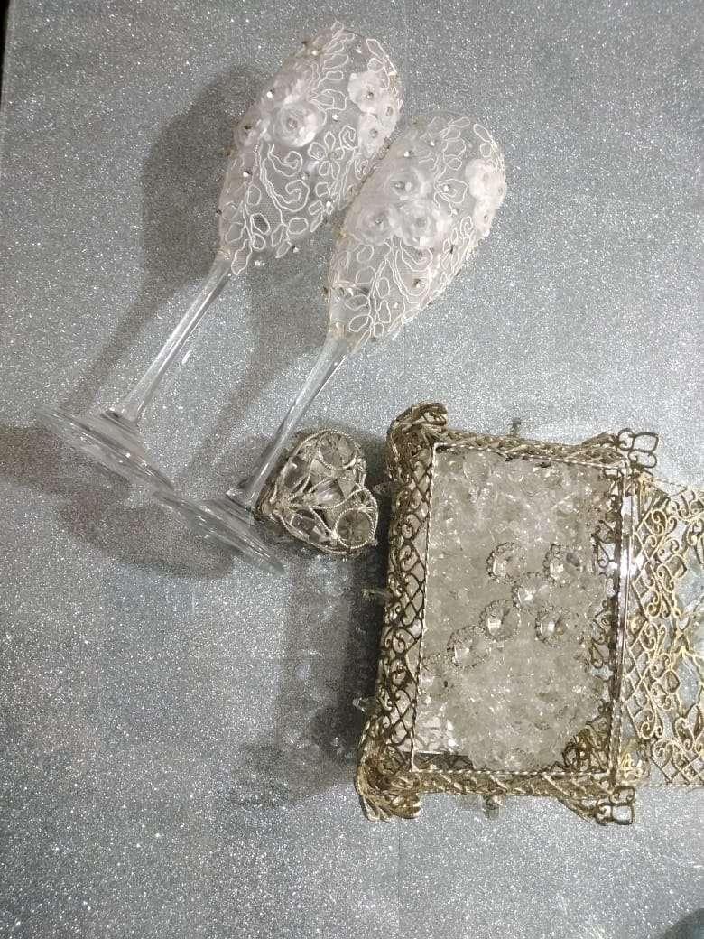 Imagen ajuar de boda accesorios lazo copas cofre arras con monedas.
