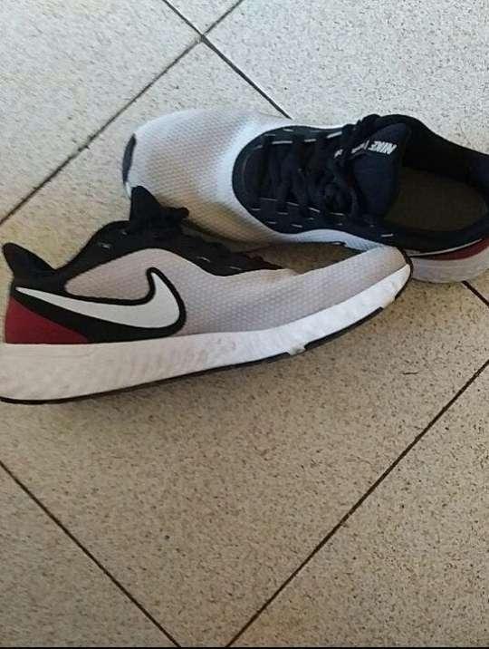 Imagen Vendo Nike Revolution 5 Running Mujer Talla 40