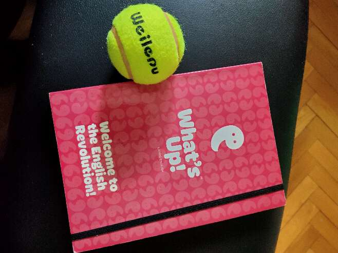 Imagen libreta junto a pelota de tennis