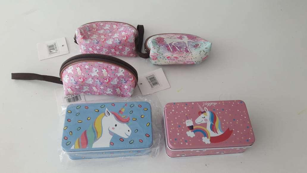 Imagen cosas de unicornio y cajas metálicas