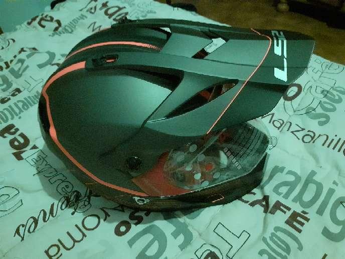 Imagen vendo casco de moto