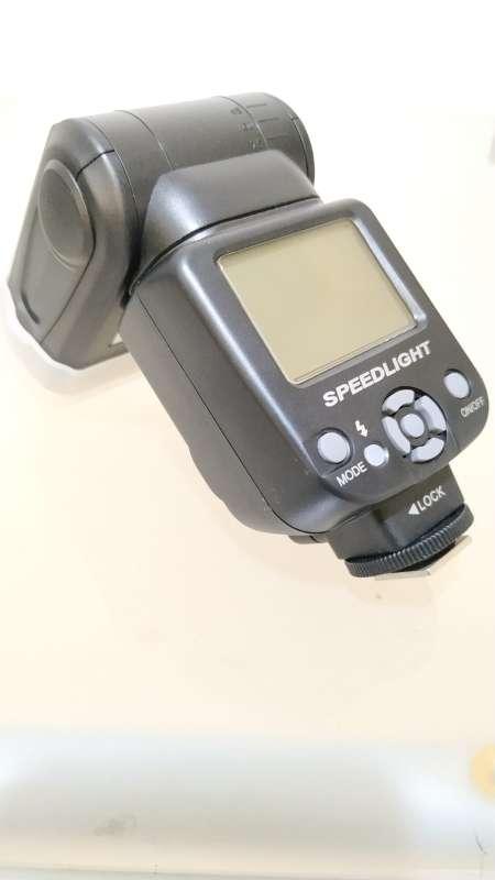 Imagen vendo cámara Nikon y objetivos