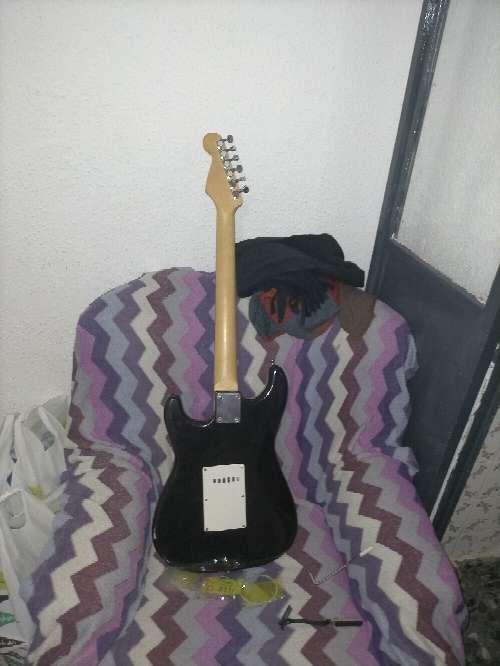 Imagen guitarra eléctrica academy muy bien cuidada