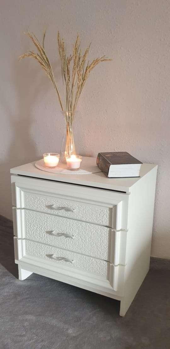 Imagen Mesita de 3 cajones color crema.