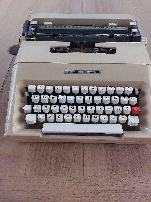Imagen maquina escribir oliveti 35
