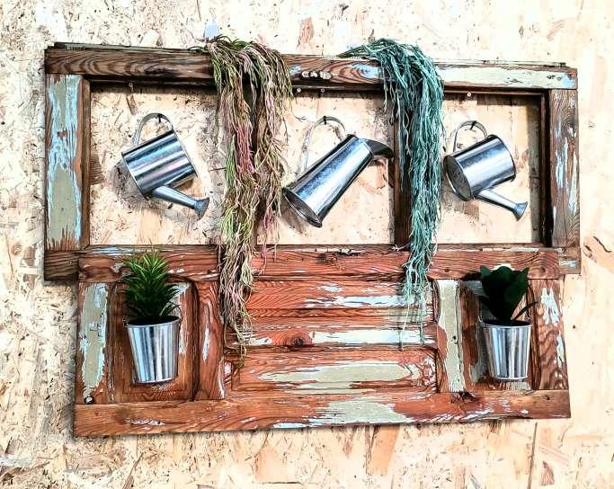 Imagen Ventana antigua restaurada.Decoracion plantas y regadoras