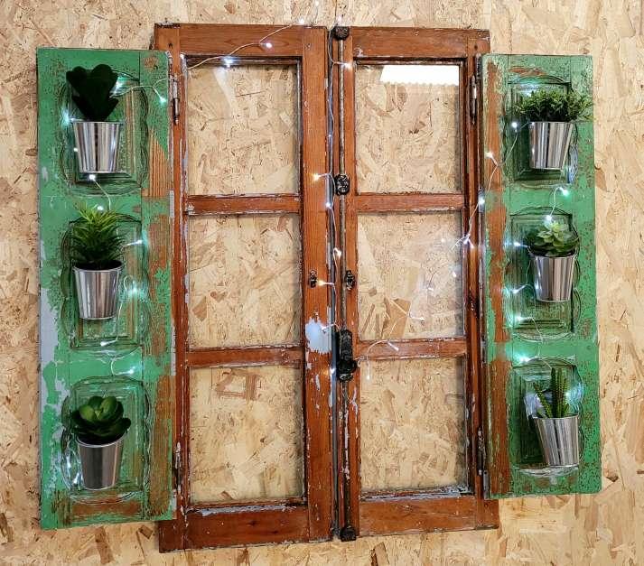 Imagen Ventana vintage restaurada decorada con plantas y luz
