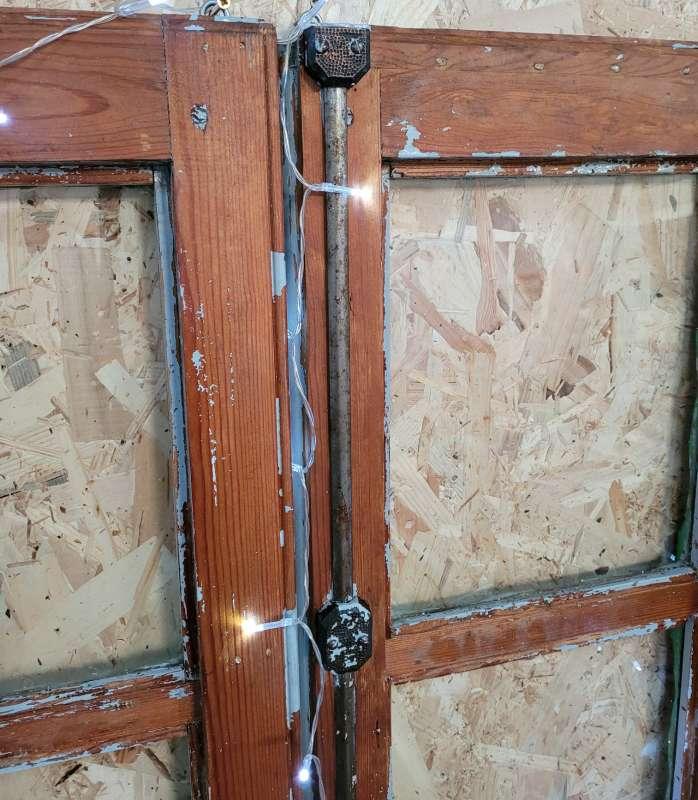 Imagen producto Ventana vintage restaurada decorada con plantas y luz 4