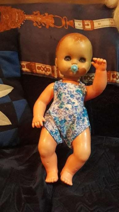 Imagen muñeca antigua con ropa y chupete