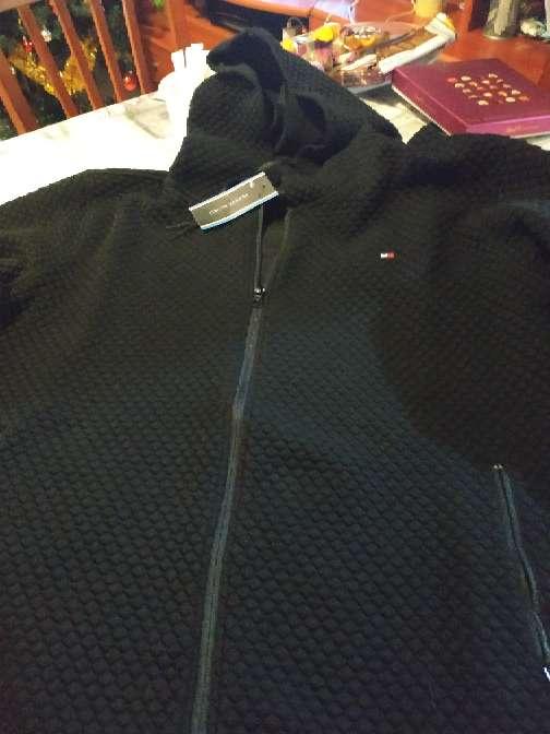 Imagen chaqueta negra con gorro