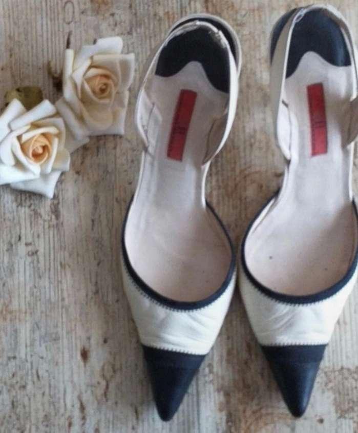 Imagen elegantes zapatos bicolor Carolina Herrera
