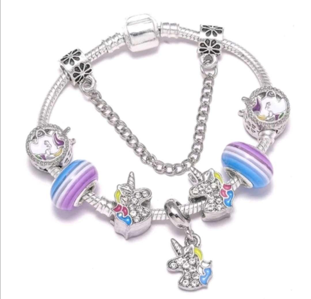 Imagen Pulsera estilo Pandora con Charms Unicornios, bañada en Plata