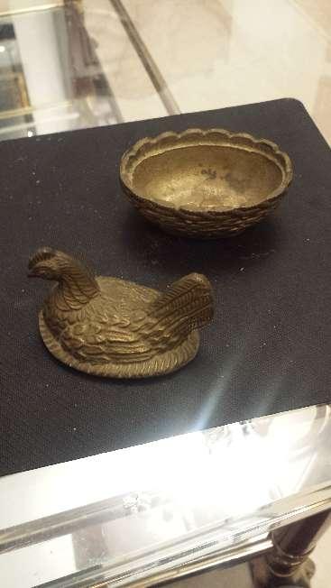 Imagen producto Campanilla antigua y caja gallina ponedora de bronce 6