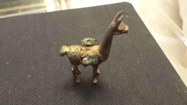 Imagen Llama acarreando esmeralda y soldadito mosquetero Dos miniaturas antiguas