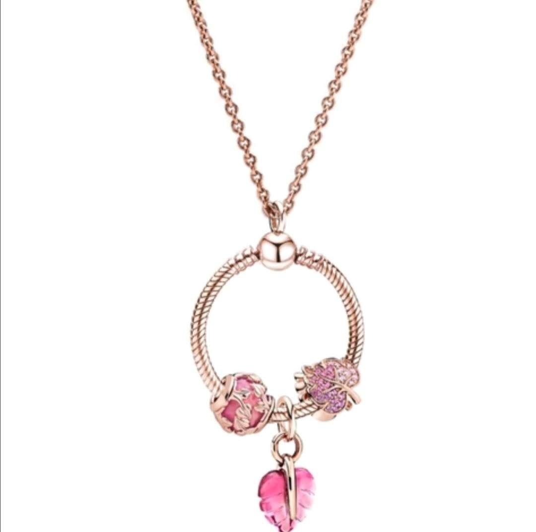 Imagen Colgante con Charms de Hojas. Color Rosa gold, es precioso, como regalo acertarás seguro
