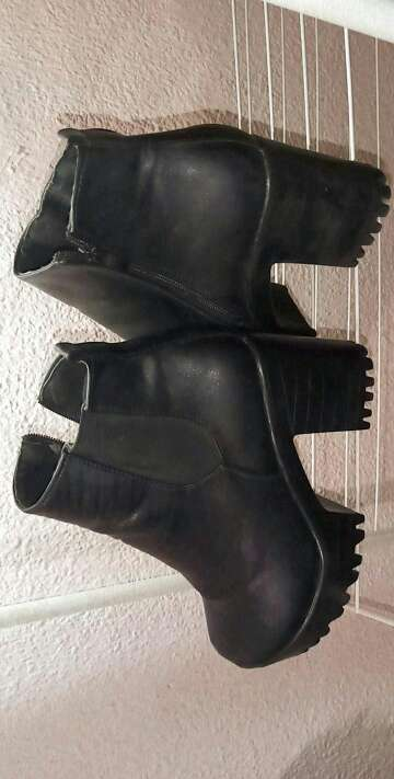 Imagen Botines negros con tacón