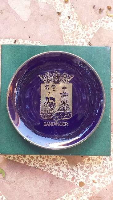 Imagen Plato azul cobalto escudo de Santander en plata