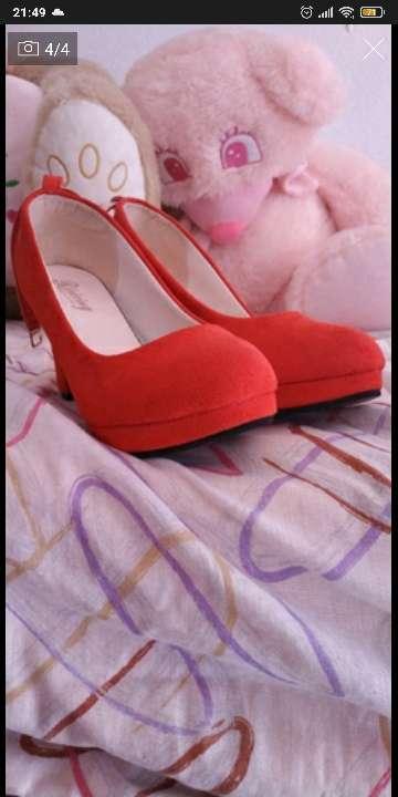 Imagen vendo dos pares de zapatos