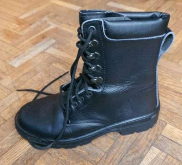 Imagen bota negra