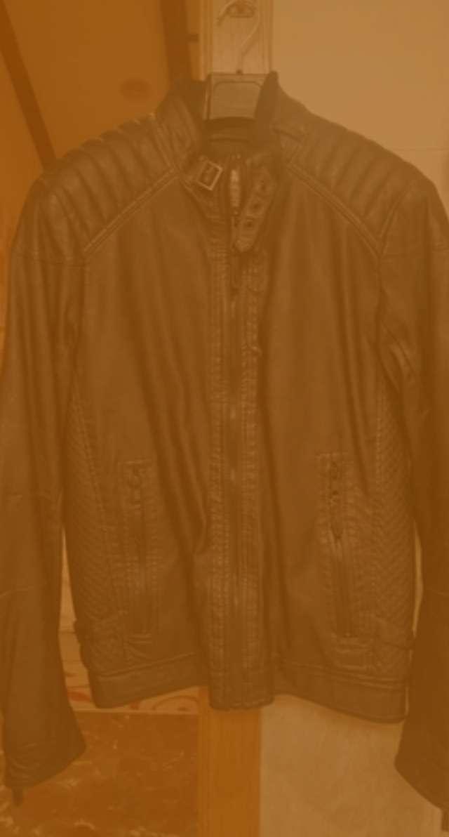 Imagen Chaqueta motera Pull & Bear. Cazadora motera en color marrón oscuro.