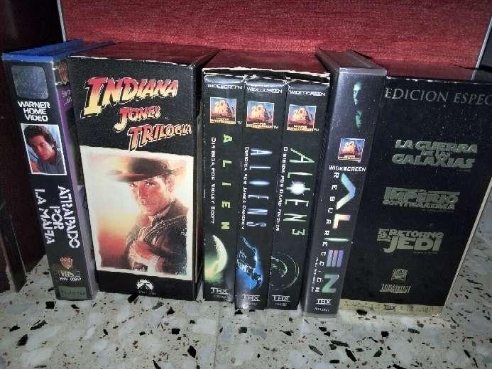 Imagen lote de vhs películas descatalogadas en su formato vhs ediciones especiales.