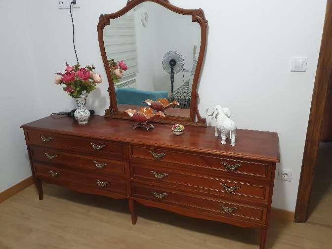 Imagen cómoda de madera con su espejo de 6 cajoneras