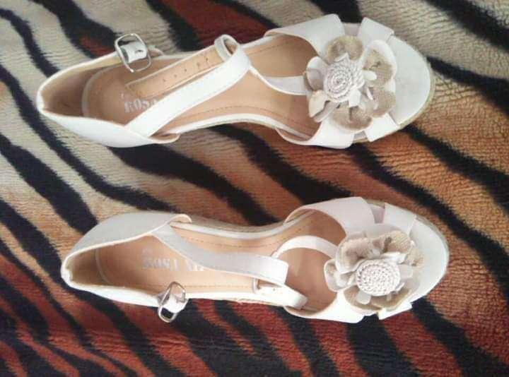 Imagen sandalias blancas planas número 37