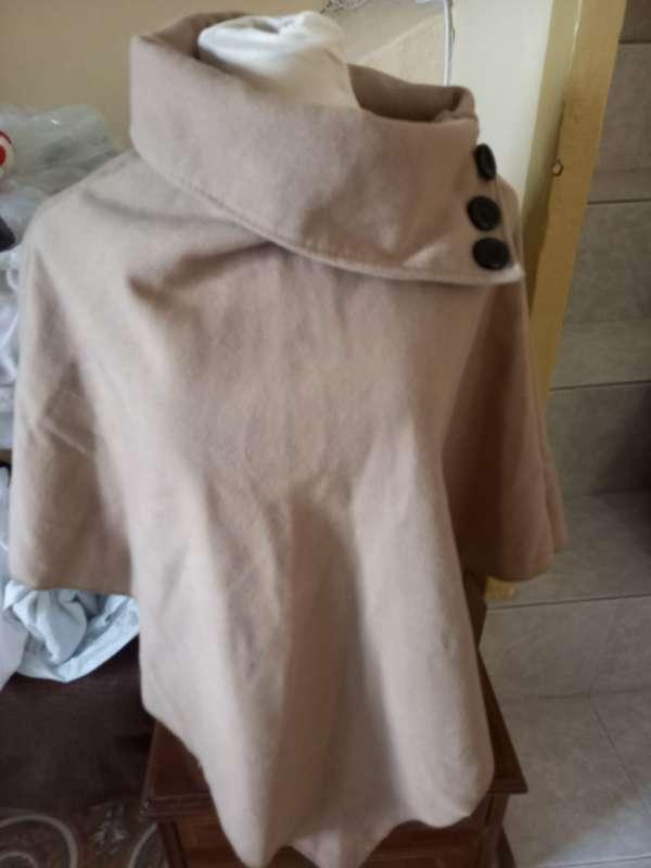 Imagen poncho corto de color marrón