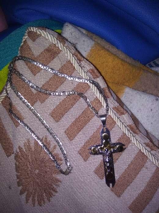 Imagen vendo collar de cruz inucxidable
