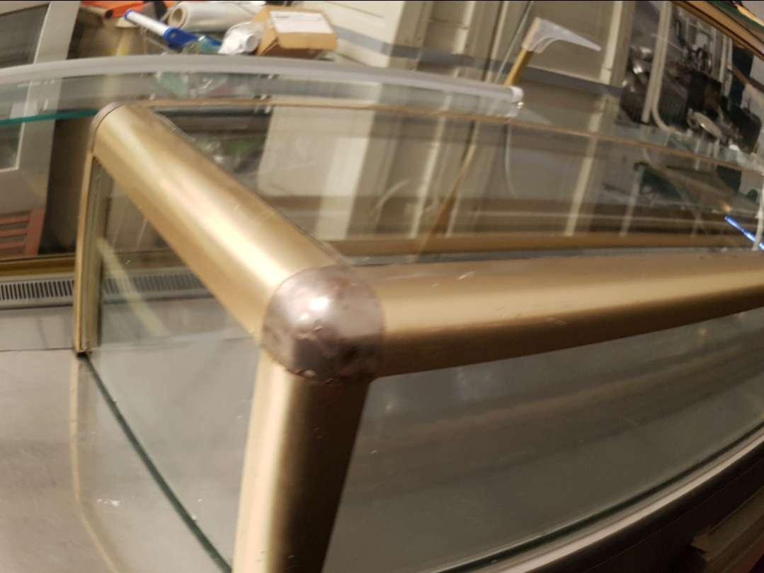 Imagen vitrina neutra de barra color dorado