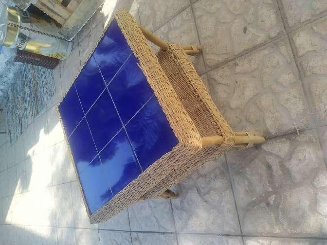 Imagen mesa de jardín azulejada