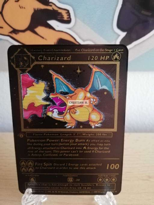 Imagen Charizard carta dorada/metalizada. Pokémon