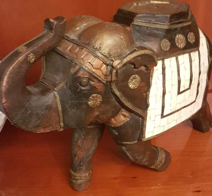 Imagen Elefante de madera, nácar y bronce.