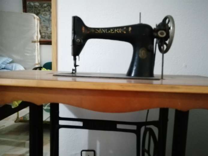 Imagen Máquina de coser muyyyyy antigua.